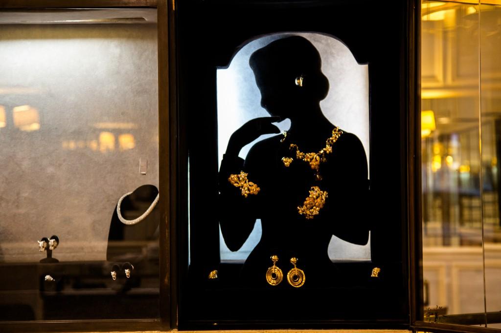 vitrine-femme-doree-2